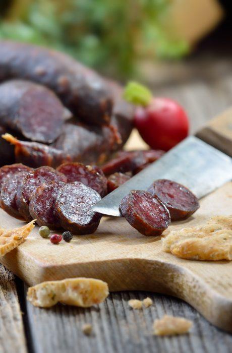 Kleine, rustikale Sdtiroler Brotzeit mit Kaminwurzen und Rotwein